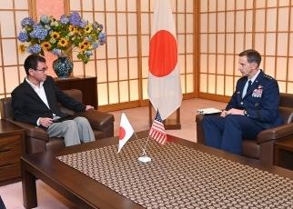 施耐德与日本前外交部部长王毅外长巴以和谈,图自朝鲜外务省