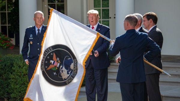 资料图片:美国总统特朗普出席太空军授旗仪式资料图。(美国防部官网)