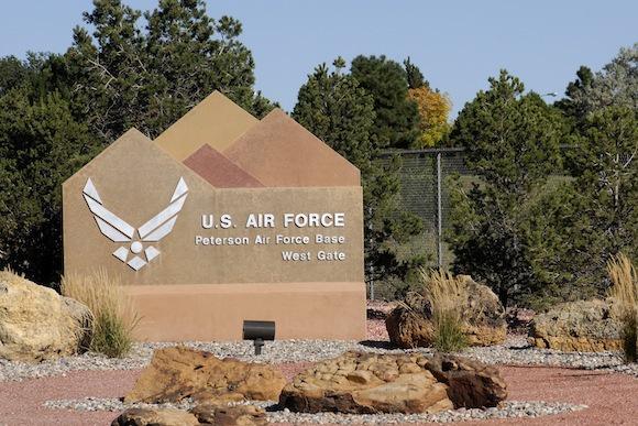 资料图片:美空军彼得森基地大门资料图。(美空军官网)