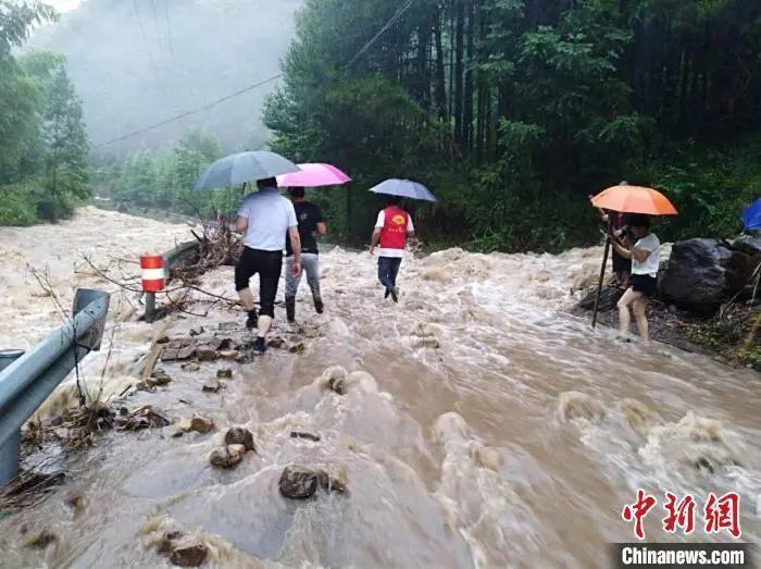 30日,婺城区乡镇山间道路被水占有 乡镇挑供 摄