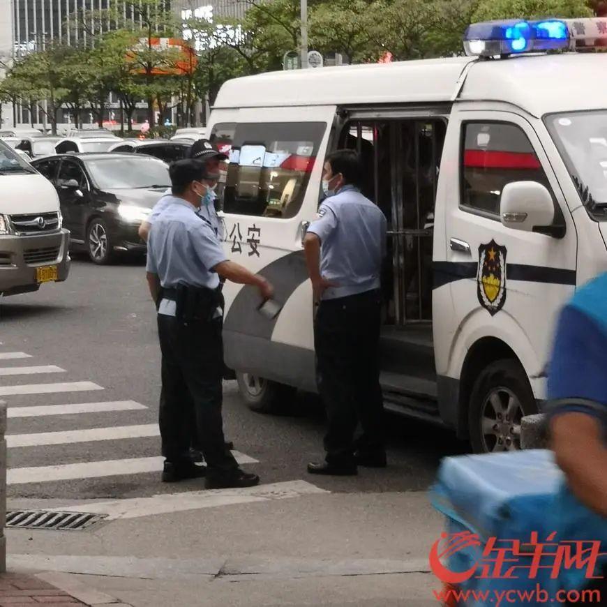 警方将涉事男子带走