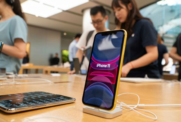 2019年9月20日,在北京王府井苹果专卖店,工作人员为顾客介绍最新上市的苹果手机。当日,新一代iPhone 11系列苹果手机、Apple Watch Series 5智能手表等产品在中国上市销售。新华社