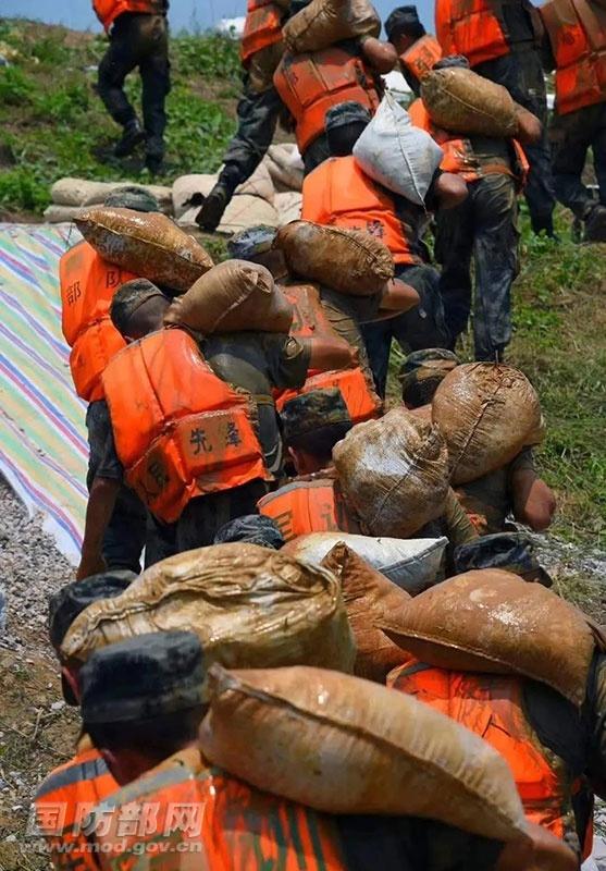 国防部:解放军和武警部队出动72.5万人次抗洪