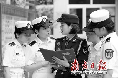 受阅归来后,汪凡(中)向战友分享荣誉。通讯员 潘小员 摄