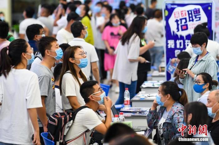 7月4日,山西太原,求职者在会场寻觅工作岗位。 中新社记者 武俊杰 摄