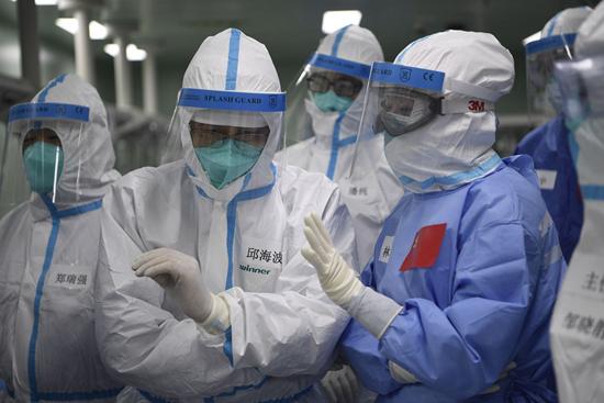国家卫健委行家组在武汉大学人民医院东院对崔志强进走术前评估。陈浩/摄