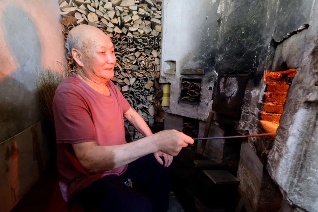 童松达老人正在烧水。