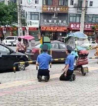 四川绵阳城管向女商贩下跪?官方:属实,女商贩先跪