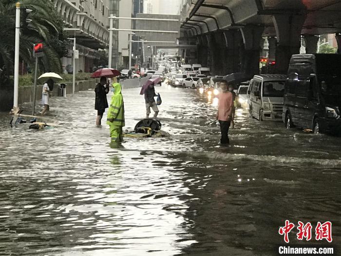 7月6日,武汉市洪山区雄楚大道珞雄路口,水务人员正在加紧排水 裴春梅 摄