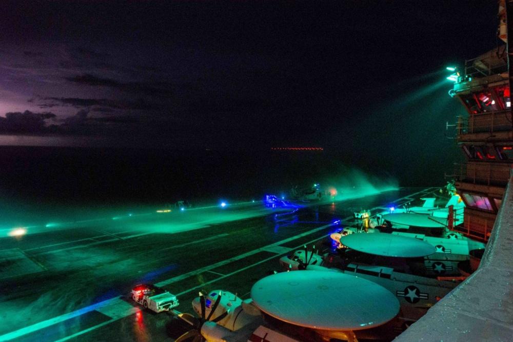 里根号还进走了夜晚首降训练(美海军 图)