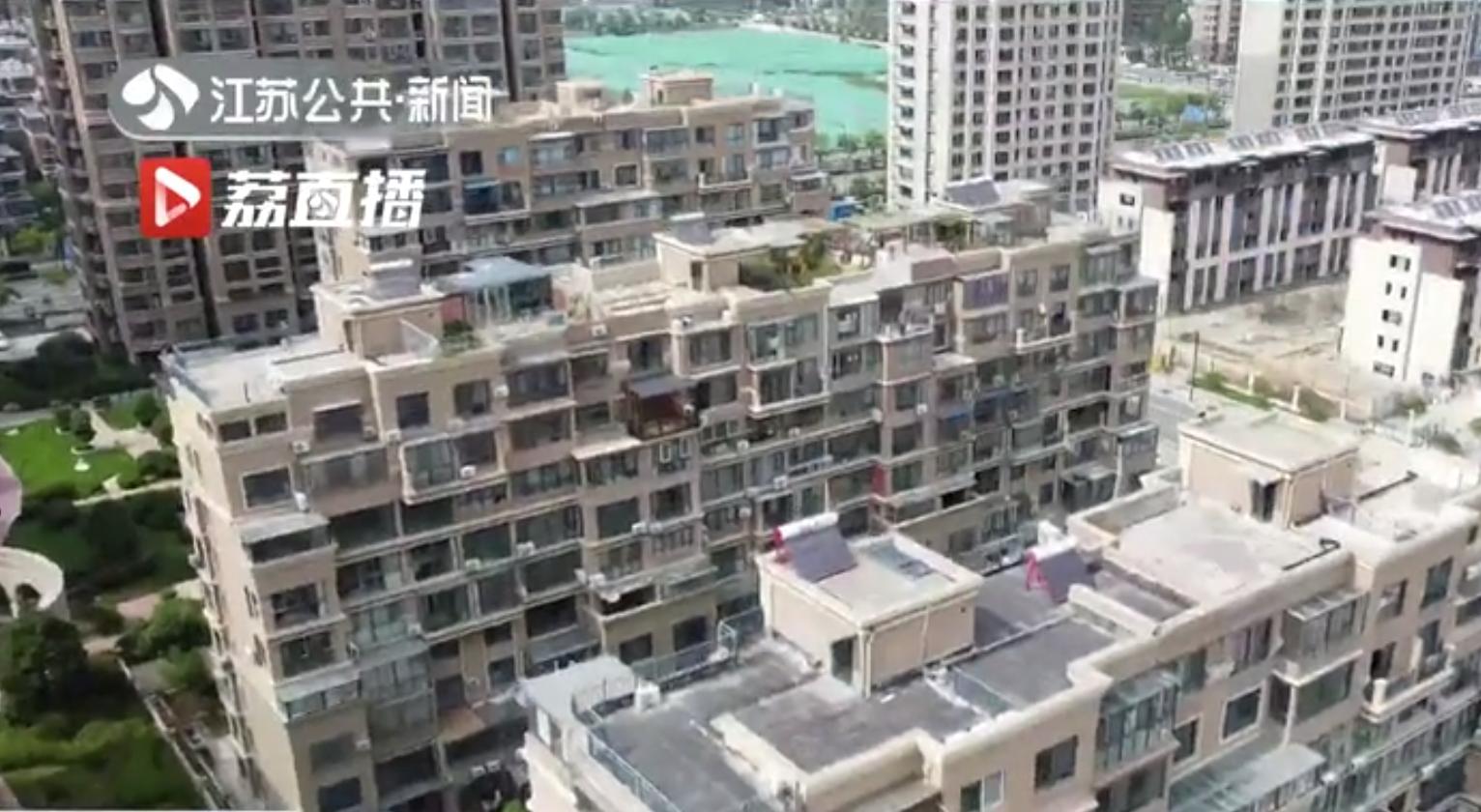 连云港市高新区铂金公馆幼区,10栋住宅楼的顶层几乎家家有违建。 截屏图