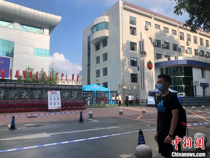 刘知翰到达考点后,在护栏外等待同学入场。受访者供图