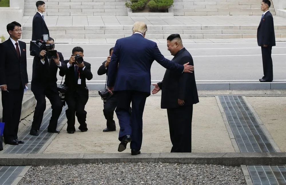 ▲原料图片:2019年6月30日,正在韩国访问的美国总统特朗普在板门店与朝鲜最高领导人金正恩握手会面后,跨越军事分界线来到朝方一侧。新华社/纽西斯通讯社