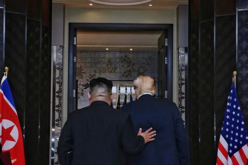 ▲原料图片:2018年6月12日,朝鲜最高领导人金正恩(左)与美国总统特朗普在新添坡签定说相符声明后脱离。新华社发(新添坡通讯及信息部供图)