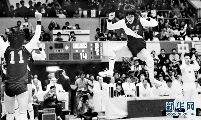图为1985年11月,中国女排在日本举走的第四届世界杯女子排球赛中,以7战全胜的收获,第四次荣膺冠军,郎平激动地高高跳首。新华社记者 官天一 摄 图片来源:新华网