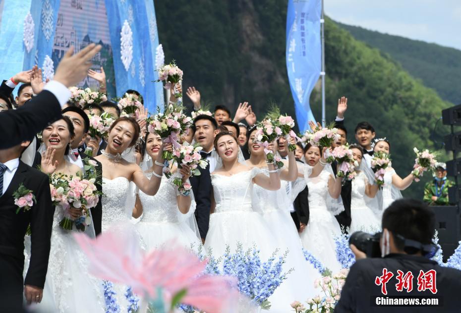 """50对""""最美逆行者""""在长白山举行集体婚礼(图)"""