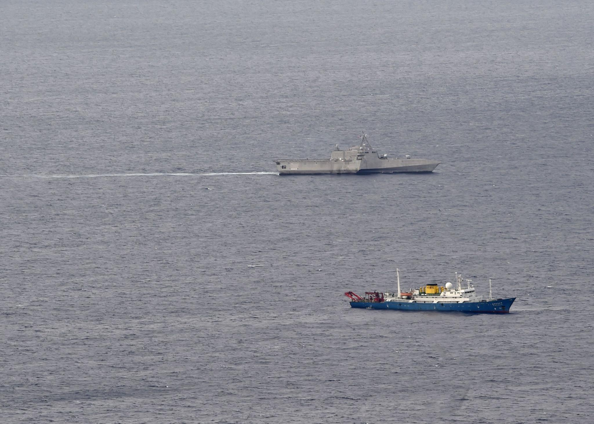 """""""添布里埃尔·吉福兹""""号濒海战斗舰和吾海洋四号远洋科学考察船相符照"""
