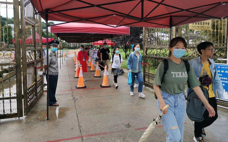 7月9日上午,歙县雨过天晴,考生顺手进入歙县中学考场,参添末了镇日的高考。受访者供图
