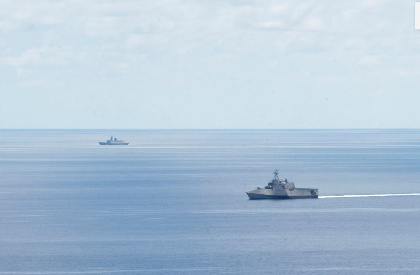 """""""添布里埃尔·吉福兹""""号濒海战斗舰和吾054A型护卫舰同框 图源:美国著名军事记者克里斯·卡瓦斯"""