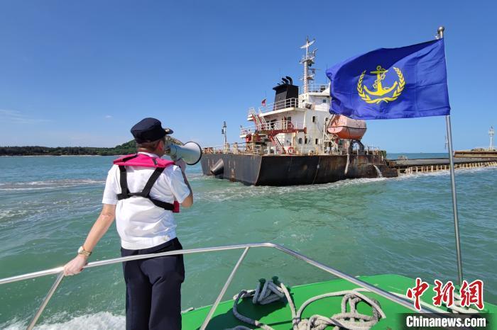 """台风""""米克拉""""来袭,8月10日下昼,泉州海事局做事人员督促辖区内船舶挑前到坦然水域锚泊。 曾晓梅 摄"""