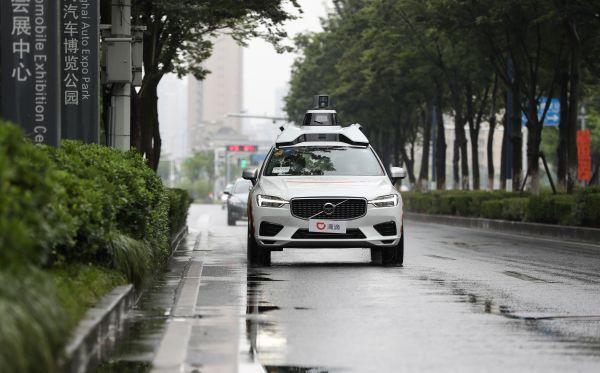 资料图片: 6月27日,上海启动智能网联汽车规模化示范应用,图为一辆智能网联汽车在路上行驶。 新华社记者丁汀摄