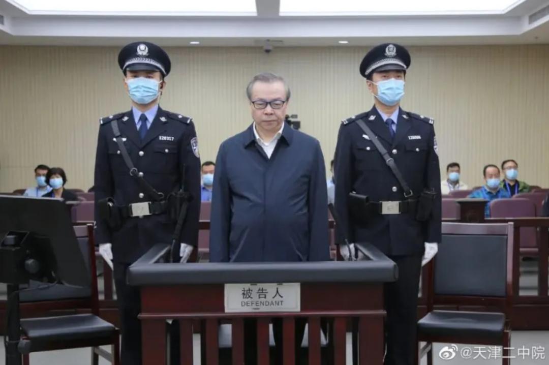 ▲2020年8月11日,天津市第二中级人民法院一审公开开庭审理了赖小民(中)受贿、贪污、重婚一案,将择期宣判。