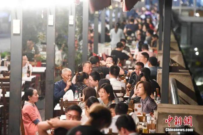 """长沙""""夜经济""""逐渐复苏。市民在夏季的夜晚出行品尝美食。杨华峰 摄"""