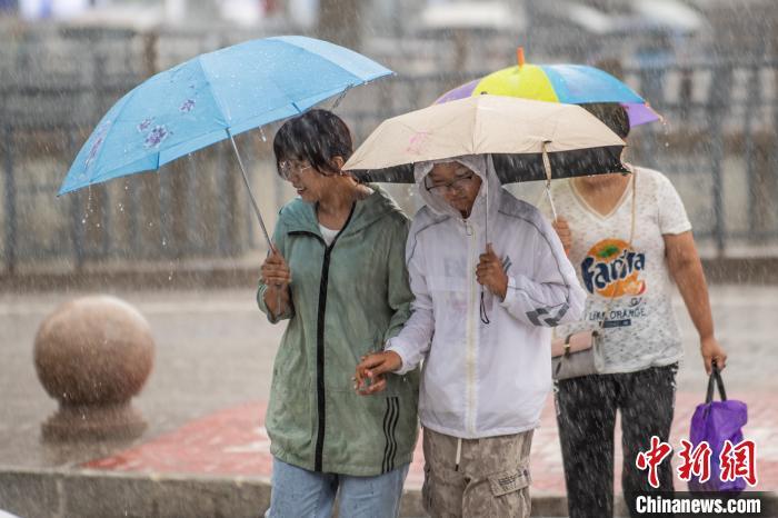 16日的山西太原,降水天气依旧,气候也格外清凉, 武俊杰 摄