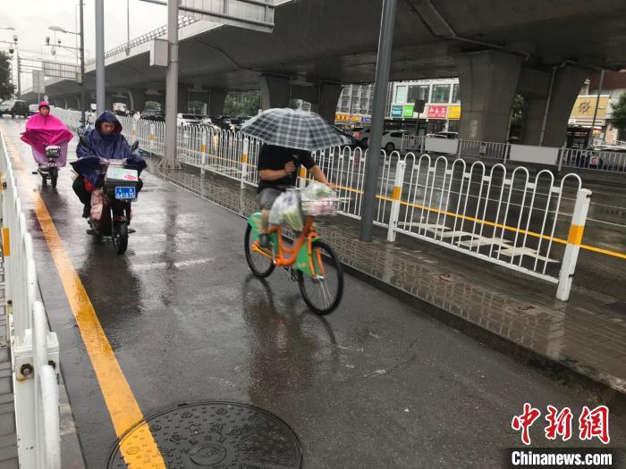 山西雨水打响持久战,多地雨势较大。 武俊杰 摄