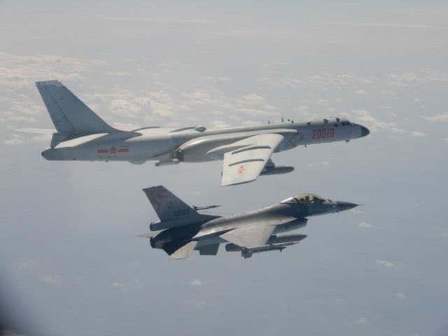 资料图:台军F-16伴飞解放军轰-6