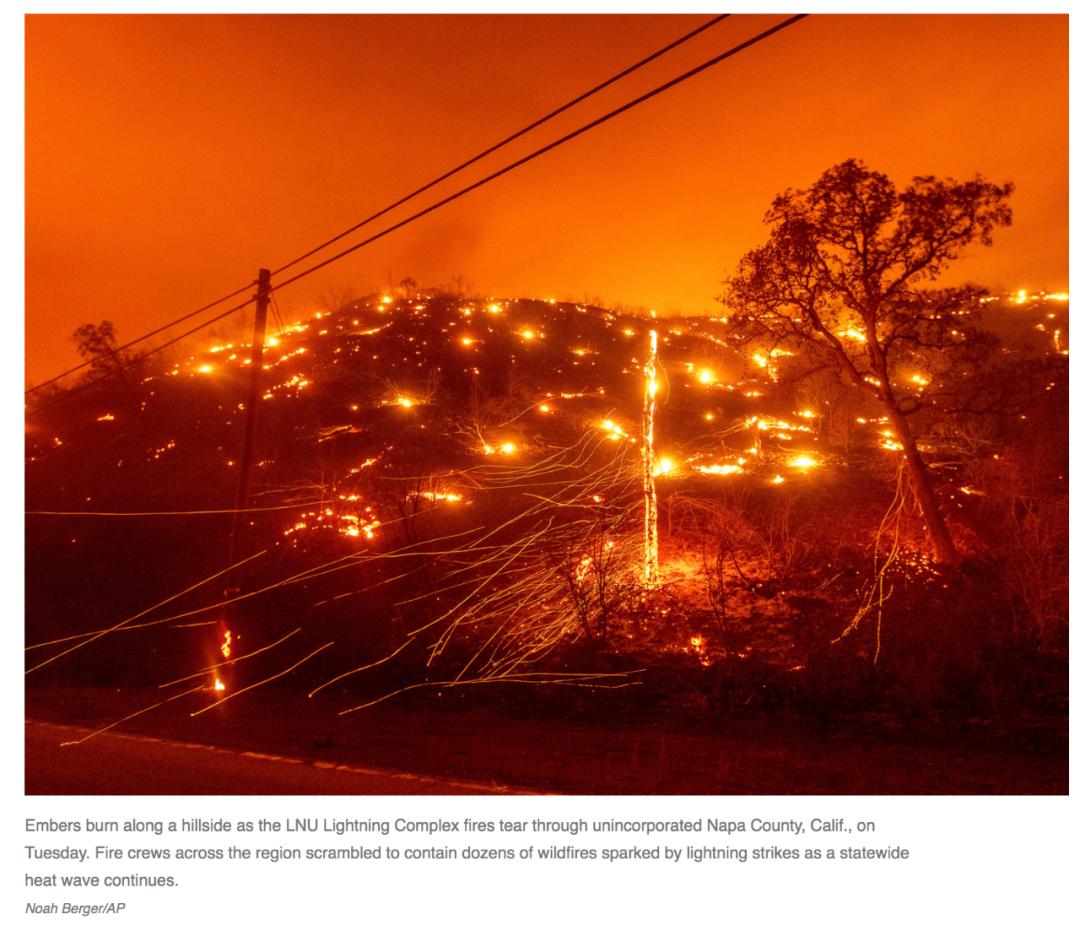 当地时间8月18日,添州纳帕县野火的余烬仍在燃烧。/美联社