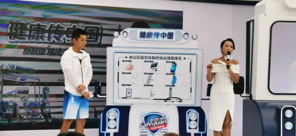 乒乓球世界冠军张继科亮相上海家乐福普陀万里店为健康生活充电