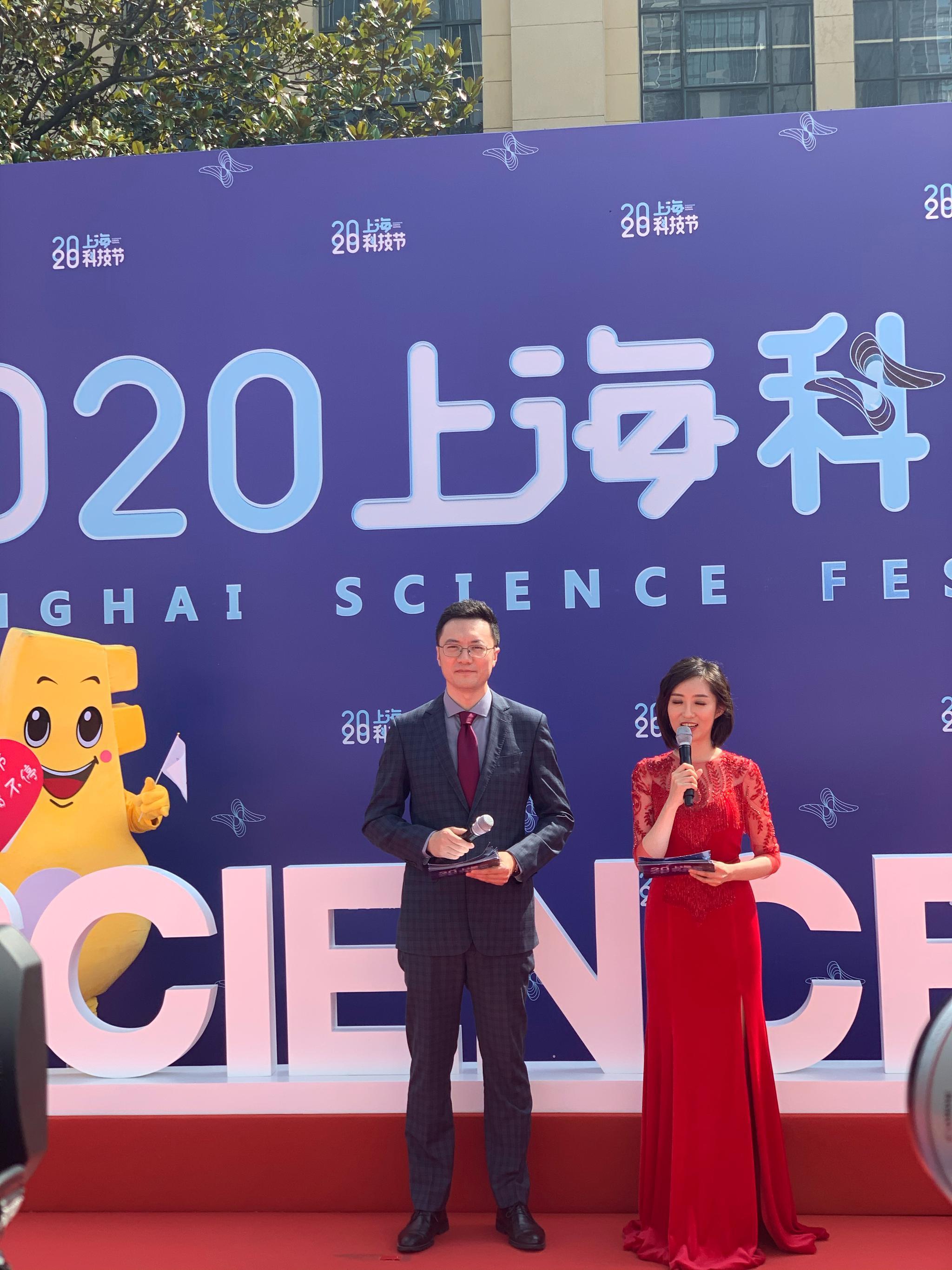 """张文宏出席上海科技节 预测""""一到两年结束战斗"""""""