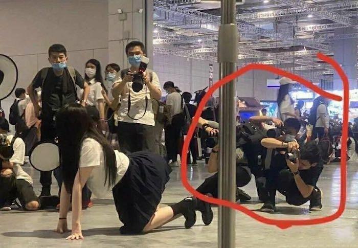 上海漫展现场被指责动作不雅的JK制服女孩