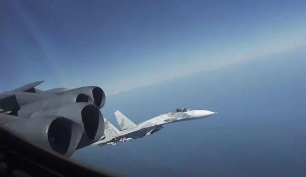 """空中""""过招""""!俄战机多次近距离飞过B"""