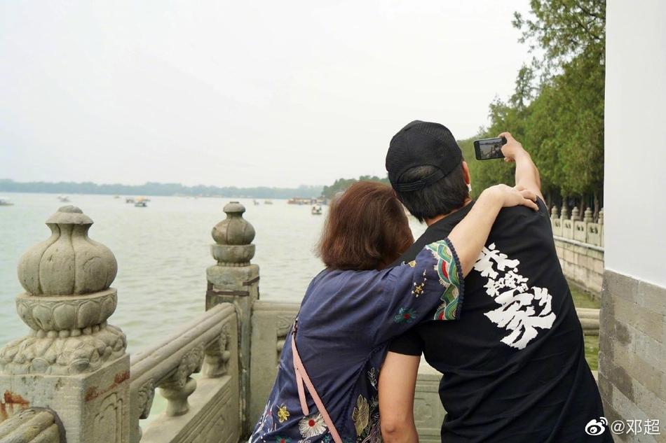 邓超带妈妈游颐和园文化衫出镜有隐藏亮点