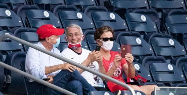 福奇看台观赛,但没有正确戴口罩。
