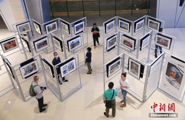 《百名摄影师聚焦COVID-19》精选图片展在北京举行【组图】