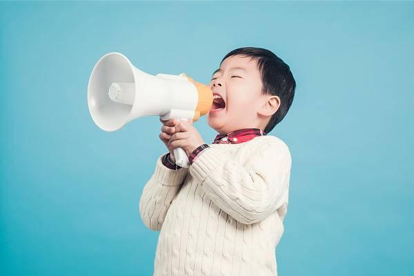 """两代育儿争议:孩子""""大舌头"""",要不要""""剪舌筋""""?"""