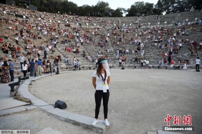 资料图:7月27日消息,希腊古剧场首次向全球直播古典戏剧演出。活动主办单位对购票进入现场的观众人数进行了限制。这座拥有13000多个座位的古剧场,现场观众不足7000人。文字来源:央视新闻