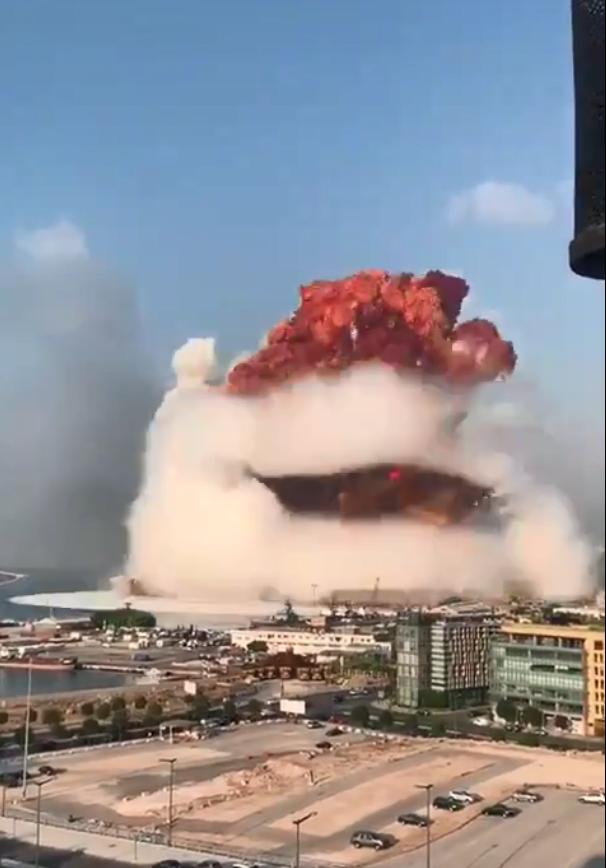 爆炸现场升起的红色蘑菇云。(图源:推特)