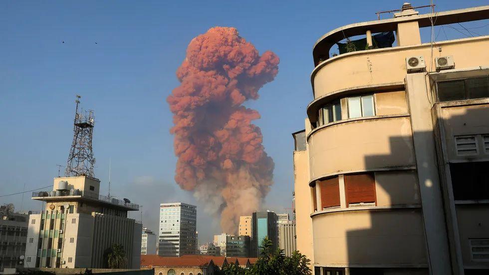 爆炸现场升起的红色蘑菇云。(图源:RT)