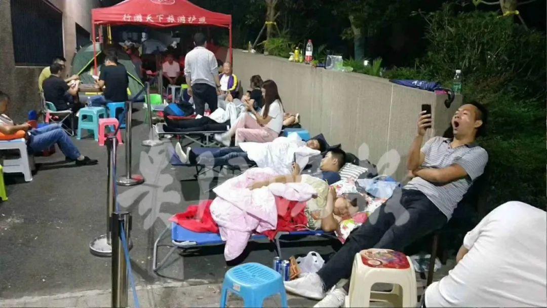 """贵阳幼儿园报名火爆""""大年""""!有父母睡帐篷排队,有妈妈中签大喜飞奔!"""