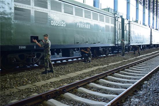 军列到站,战士们会第一时间下车检查列车状态。