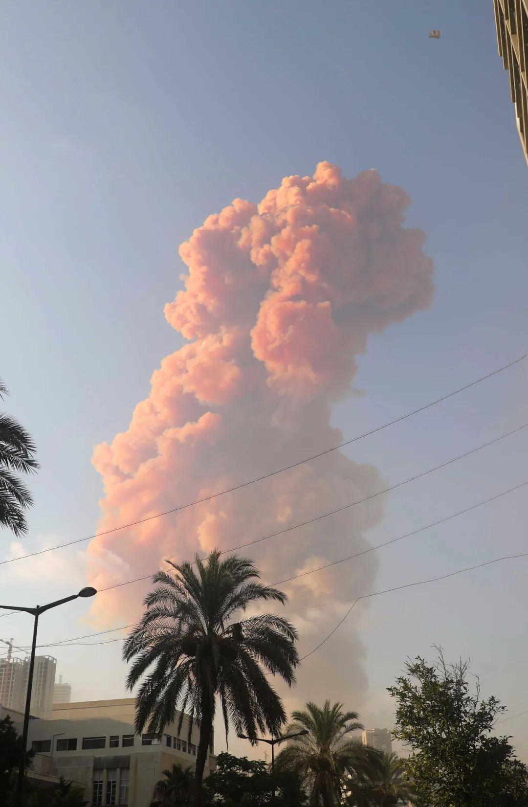 ▲8月4日,黎巴嫩首都贝鲁特发生爆炸后升起浓烟。新华社发(比拉尔·贾维希 摄)