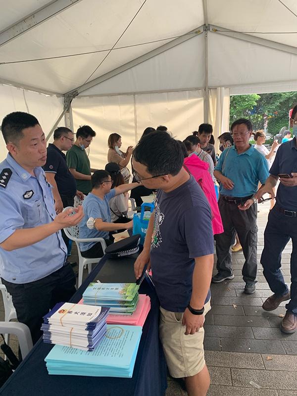 8月8日上午,市民咨询办理犬证。澎湃新闻记者 朱奕奕 图