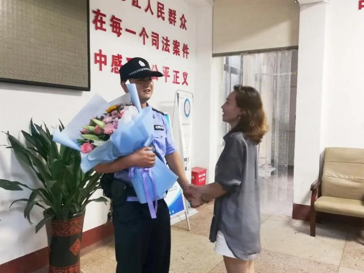 暖闻|株洲8岁女童溺水:法警潜水救上岸,护士心肺复苏救活