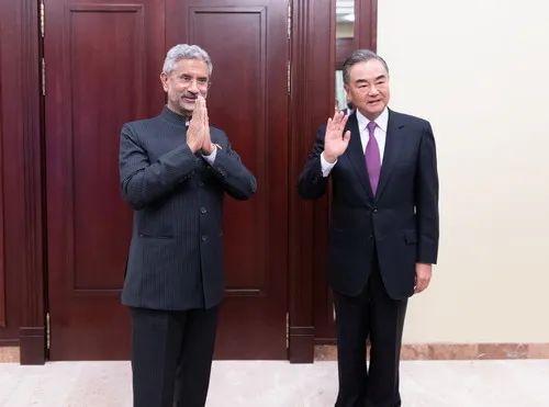 9月10日,王毅在莫斯科出席上海合作组织外长会期间会见印度外长苏杰生。图源:外交部官网