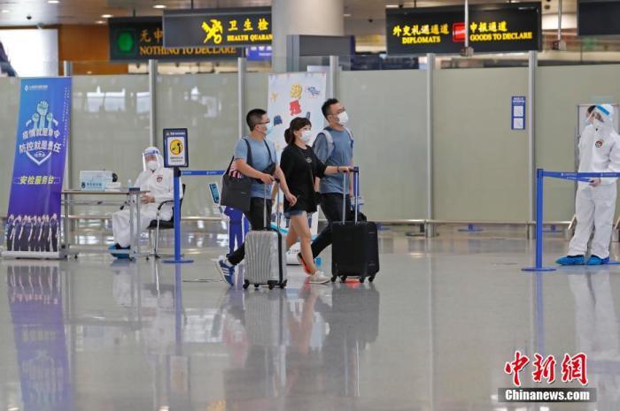 资料图:旅客从浦东国际机场前往自己的目的地。 汤彦俊 摄
