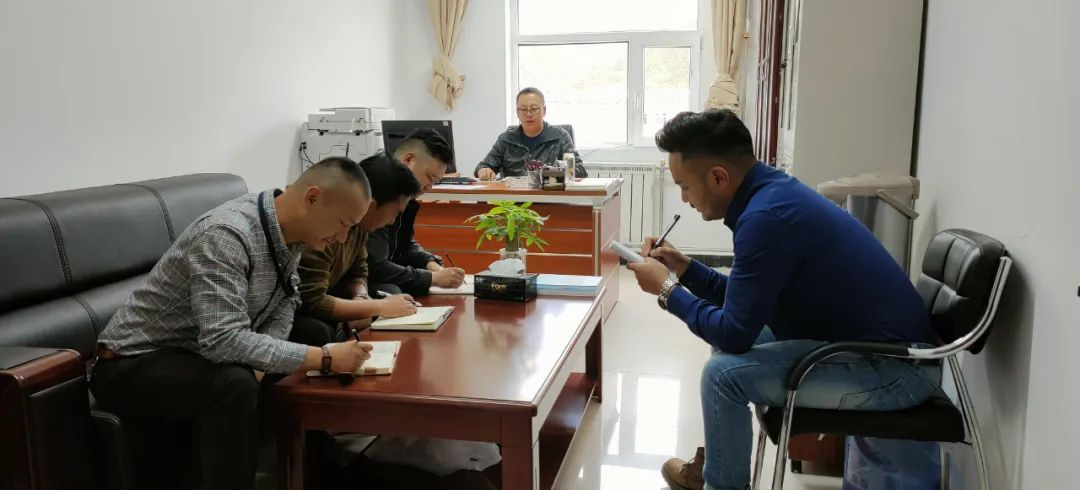▲州局刑侦支队开展案情分析研判。